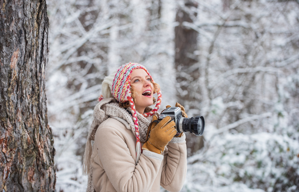 femme photographe foret neige froid humide