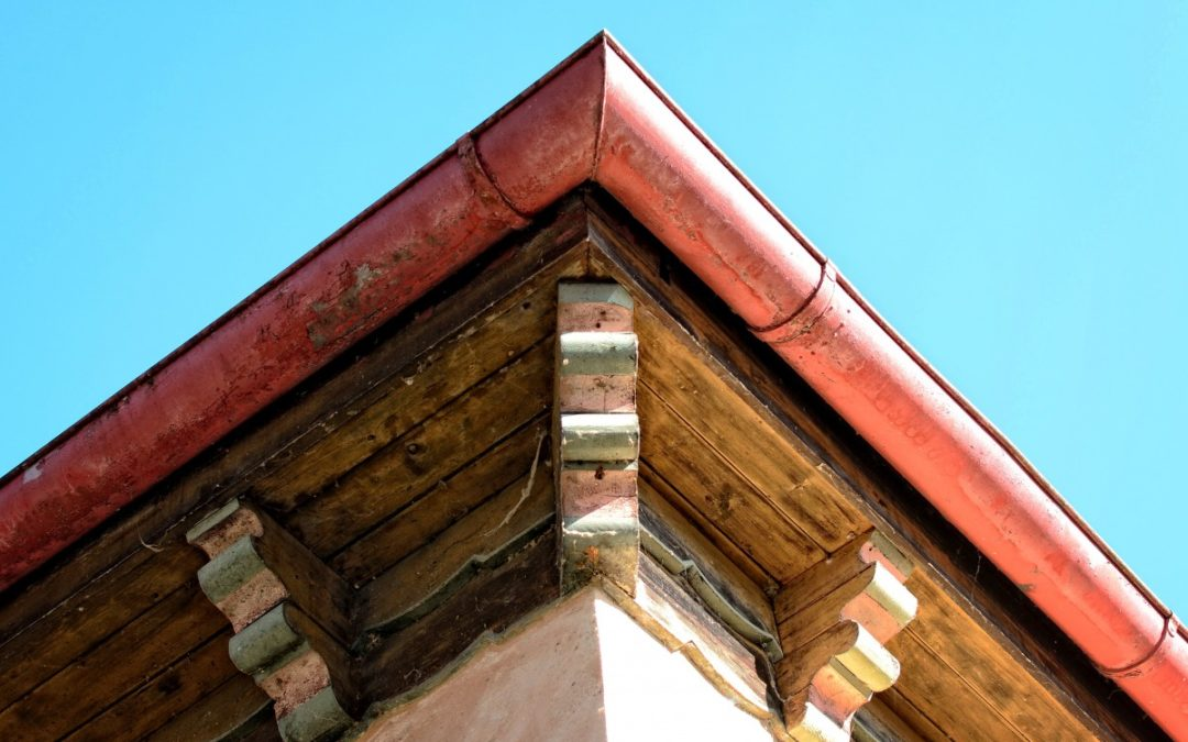 Travaux de toiture : comment nettoyer correctement les gouttières?